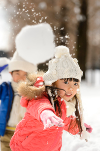 雪玉を投げる子供の写真素材 [FYI01569105]