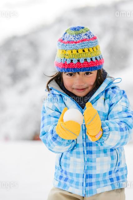 雪玉を持つ子供の写真素材 [FYI01569114]