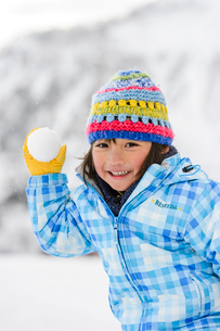 雪玉を投げる子供の写真素材 [FYI01569134]