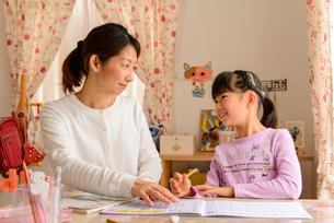 子供部屋でお母さんと向き合う女の子の写真素材 [FYI01569136]