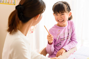 子供部屋でお母さんと向き合う女の子の写真素材 [FYI01569149]