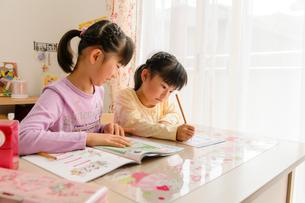 子供部屋で勉強する女の子の写真素材 [FYI01569179]