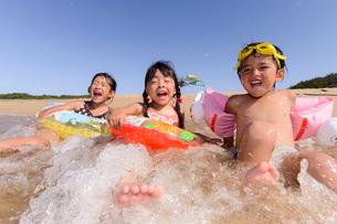 海水浴をする子どもの写真素材 [FYI01569181]