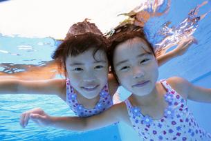 泳ぐ子供の写真素材 [FYI01569184]