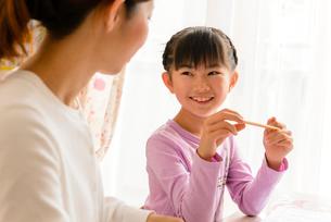 子供部屋でお母さんと向き合う女の子の写真素材 [FYI01569185]