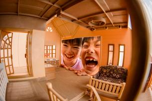 ドールハウスから覗く女の子の写真素材 [FYI01569193]