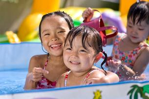 水遊びをする子どもの写真素材 [FYI01569197]