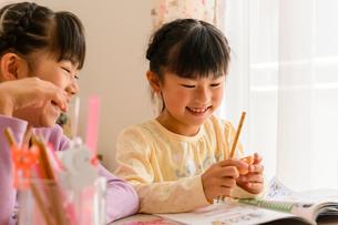 子供部屋で勉強する女の子の写真素材 [FYI01569217]