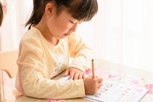 子供部屋で勉強する女の子の写真素材 [FYI01569234]