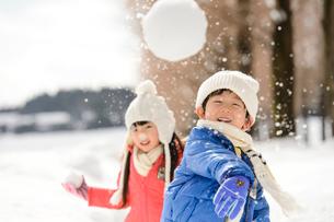 雪玉を投げる子供の写真素材 [FYI01569242]
