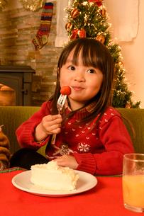 クリスマスツリーとケーキを食べる子供の写真素材 [FYI01569257]