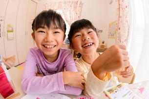 子供部屋で勉強する女の子の写真素材 [FYI01569266]