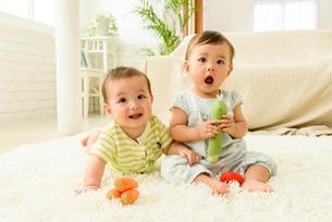 仲良しの赤ちゃんの写真素材 [FYI01569273]