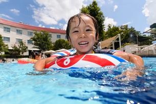 プールで浮き輪で遊ぶ男の子の写真素材 [FYI01569308]