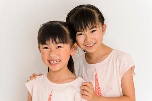 お揃いのTシャツを着た姉妹の写真素材 [FYI01569339]