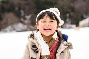 雪合戦をする子どもの写真素材 [FYI01569390]