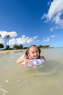 浮き輪で泳ぐ子どもの写真素材 [FYI01569406]