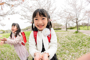 ランドセルを背負った女の子の写真素材 [FYI01569410]