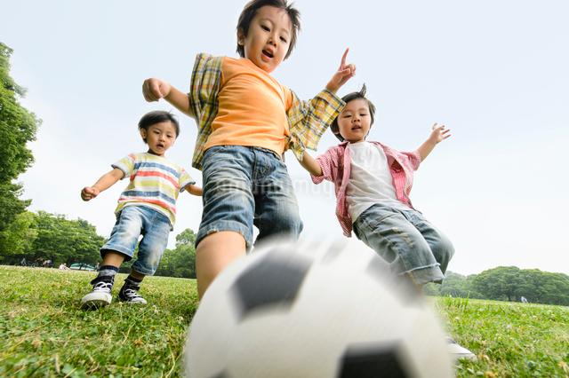サッカーをする子どもたちの写真素材 [FYI01569468]