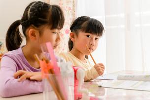 子供部屋で勉強する女の子の写真素材 [FYI01569492]