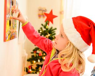クリスマスの帽子をかぶった女の子の写真素材 [FYI01569495]