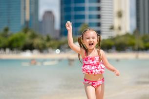 ビーチで走る子どもの写真素材 [FYI01569534]