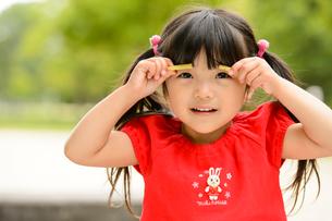 新緑の公園の子どもの写真素材 [FYI01569539]