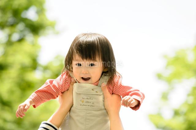 赤ちゃんを抱き上げる家族の写真素材 [FYI01569541]