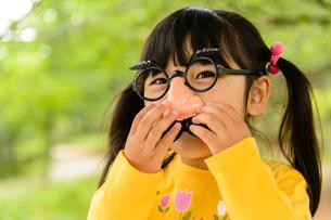 ひげメガネをかけて遊ぶ子どもの写真素材 [FYI01569543]