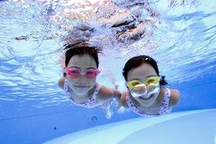 泳ぐ子供の写真素材 [FYI01569555]