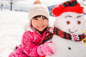 雪だるまを作る女の子の写真素材 [FYI01569557]