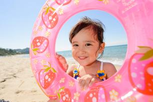 浮き輪を持つ子どもの写真素材 [FYI01569595]