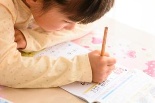 子供部屋で勉強する女の子の写真素材 [FYI01569611]