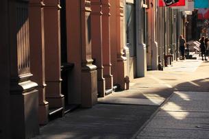 ソーホー ロフトビルと歩道の写真素材 [FYI01569669]