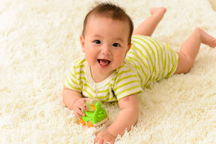 おもちゃで遊ぶ赤ちゃんの写真素材 [FYI01569670]