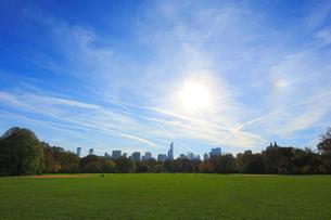 グレート ローンからマンハッタン高層ビル群と太陽の写真素材 [FYI01569719]