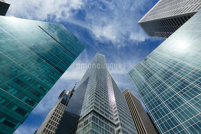 ミッドタウン マンハッタン高層ビル群と雲の写真素材 [FYI01569737]