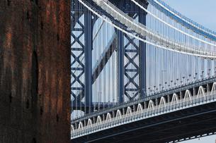 ブルックリンのロフト越しに見るマンハッタンブリッジの写真素材 [FYI01569754]