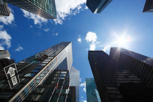 ミッドタウン高層ビル群と太陽と雲の写真素材 [FYI01569797]