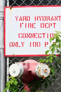 消火栓とフェンスと雑草の写真素材 [FYI01569818]