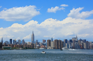 ミッドタウン,マンハッタン摩天楼に浮かぶ雲の写真素材 [FYI01569834]