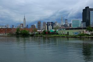 運河沿いクイーンズのビル越しに見えるマンハッタンの写真素材 [FYI01569839]