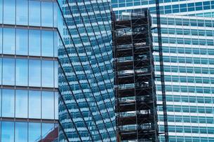 ダウンタウン高層ビルと建築足場の写真素材 [FYI01569848]