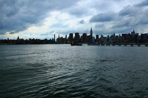 ブルックリンから望むイーストリバーとマンハッタンの写真素材 [FYI01569861]