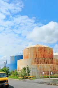 ブルックリンの石油タンクとエンパイヤーと新緑と雲の写真素材 [FYI01569865]