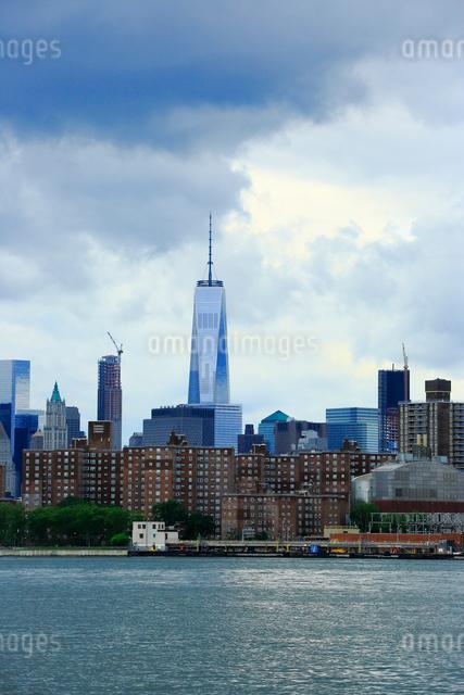 ブルックリンから望むイーストリバーとマンハッタンの写真素材 [FYI01569867]