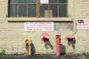 工場の壁面と消火栓の写真素材 [FYI01569875]