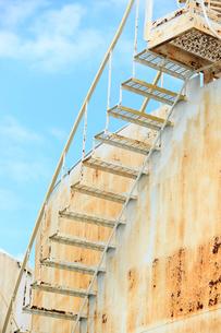 ブルックリンの石油タンク階段と青空の写真素材 [FYI01569884]