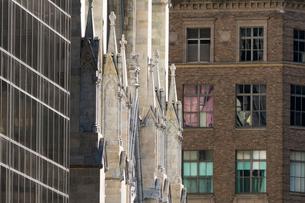 マンハッタン ミッドタウン五番街のセントパトリク教会とサックス フイフスアベニューの写真素材 [FYI01569898]