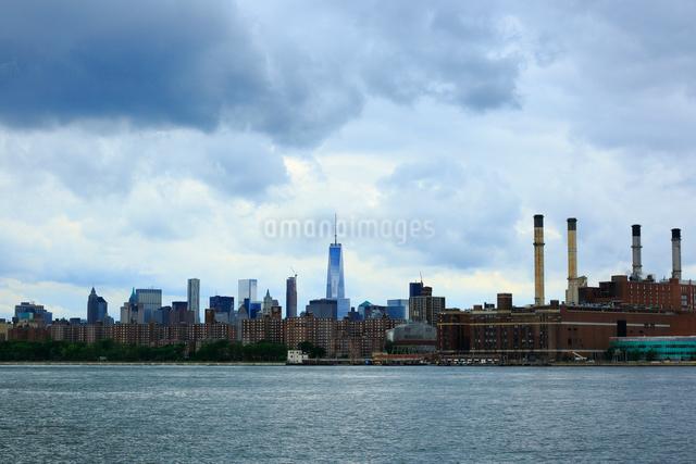 ブルックリンから望むイーストリバーとマンハッタンの写真素材 [FYI01569909]